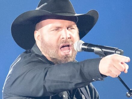 """<span style=""""color:#e66a05"""">GARTH BROOKS</SPAN> Biography   Best selling living artist"""